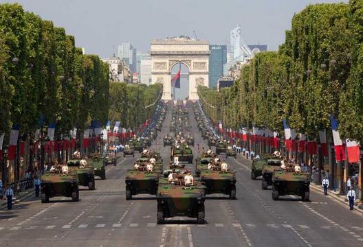 El 14 de julio Francia expone orgullosa su músculo militar en el desfile de su día nacional