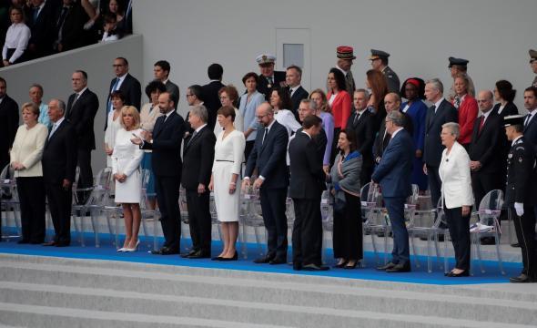 El presidente Macrón agradece a Margarita Robles la participación española en el desfile