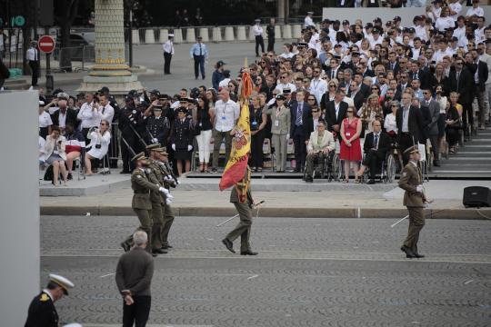 La bandera de España participa en unja sección de honor del desfile