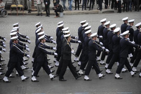 Los oficiales navales españoles desfilaron en la misma formación que sus compañeros franceses
