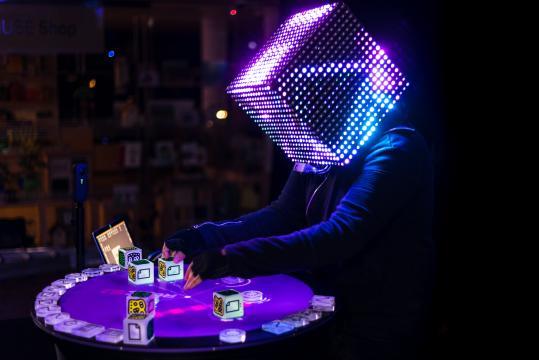 Dj set con il performer ReactTj e la console: tavolo tecnologico - Photo Muse.