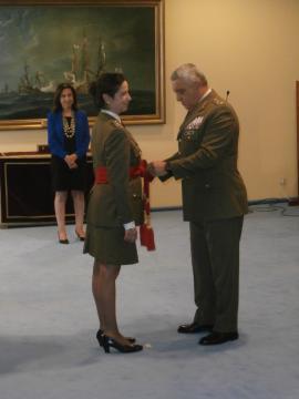 El JEME ciñe a Patricia Ortega el fajín rojo que la acredita como general