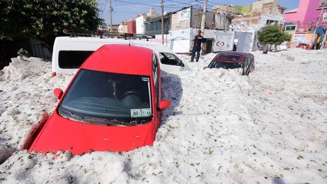 In Messico, a Guadalajara, una grandinata deifinita 'apocalittica' ha sepolto automobili e case