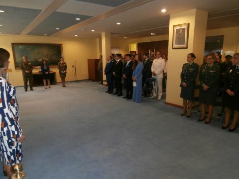 La ceremonia de imposición se realizó en una sala del Ministerio de Defensa ante numeroso público