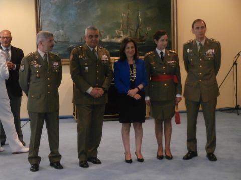 La nueva general junto a la ministra y altos mandos del ministerio