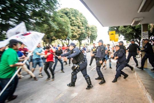 PM reprime protestos na porta do MEC contra novo plano para o ensino superior. (Reprodução/Twitter/@uneoficial)