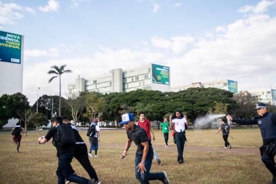 UNE declara que protestos foram pacíficos. PM alega que estudantes depredaram uma viatura. (Reprodução/Twitter/@uneoficial)