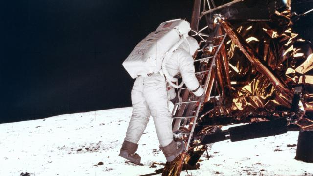 Neil Armstrong tocca il suolo lunare