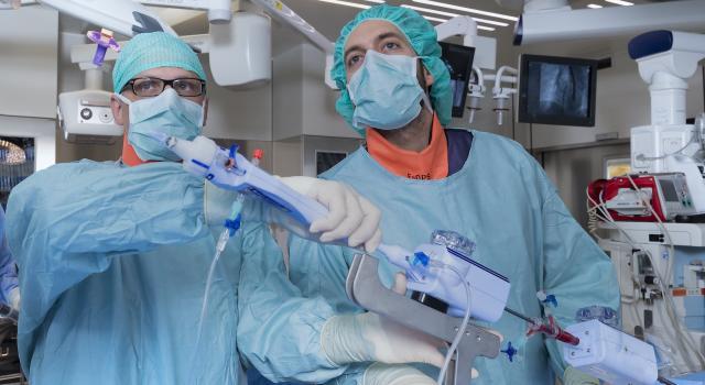 Medici nel corso di un'operazione