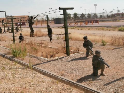Cada soldado vigila su sector mientras el compañero atraviesa el obstáculo
