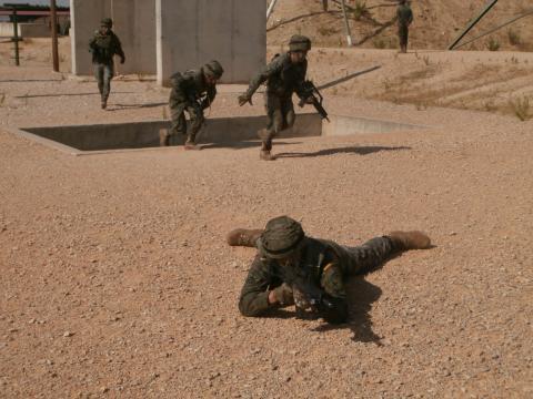 Mientras un soldado cubre el sector frontal se supera el obstáculo