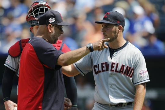 Bauer va a los Reds para reforzar su pitcheo. www.apnews.com