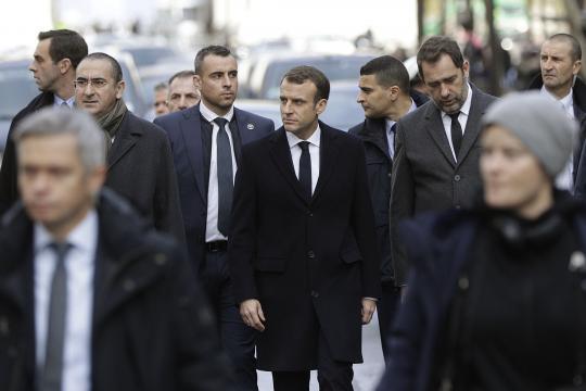 Macron sur les lieux des violences à Paris, sous les huées de ... - lefigaro.fr