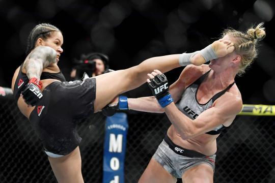 Amanda Nunes dio el primer TKO a Holm en su carrera en la UFC. www.hedgeaccordingly.com