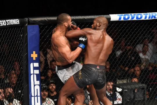 Los codazos en corto de Jones, fueron de sus pocas fantasías de la pelea. www.businessinsider.in