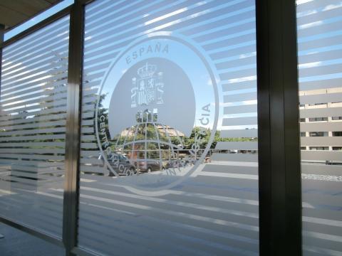 Escudo del CNI en su sede a las afueras de Madrid.