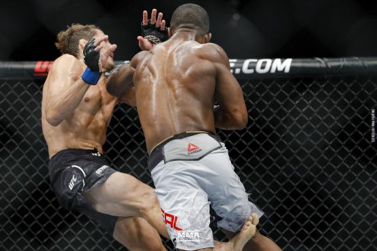 Neal y Price dieron una excitante pelea de 2 rounds. www.mmafighting.com