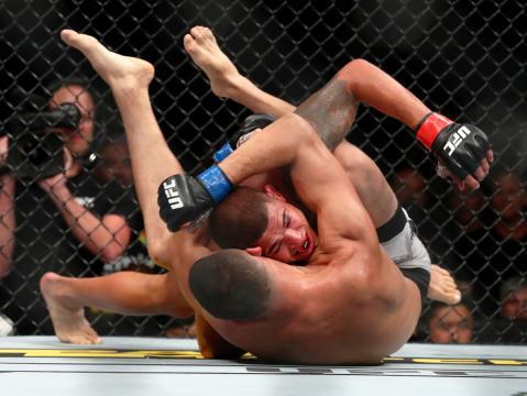 Nate Diaz con su gran jiu jitsu dominó a Pettis en el piso. www.si.com