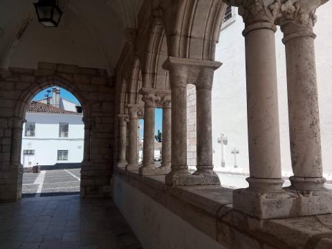 Arcada gótica do Paço da Audiência no Castelo de Estremoz. Foto de Carlos Costa