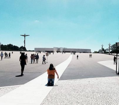 Cruz Alta e Basílica da Santíssima Trindade em Fátima. Foto de Carlos Costa