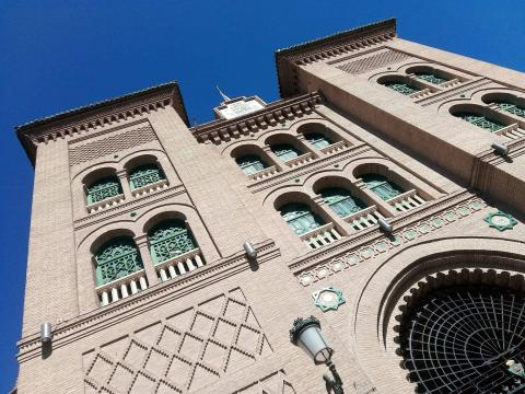 Fachada da praça de touros de Granada, projetada pelo arquitecto Ángel Casas (1928) ao estilo neomudéjar. Foto de Carlos Costa