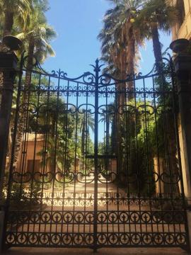 Portão de ferro forjado de Carmen de los Mártires, palacete do século XIX com amplos jardins. Foto de Carlos Costa