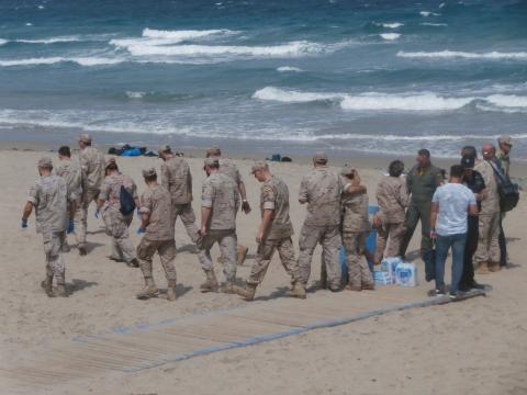 Efectivos del EDA se reunen en la playa para recoger los restos del avión siniestrado