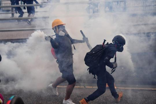 Hong Kong, torna la violenza: proteste e scontri con la polizia