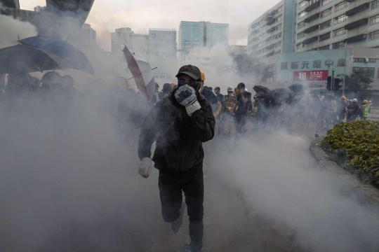 Proteste a Hong Kong, usati i lacrimogeni negli scontri tra manifestanti e polizia