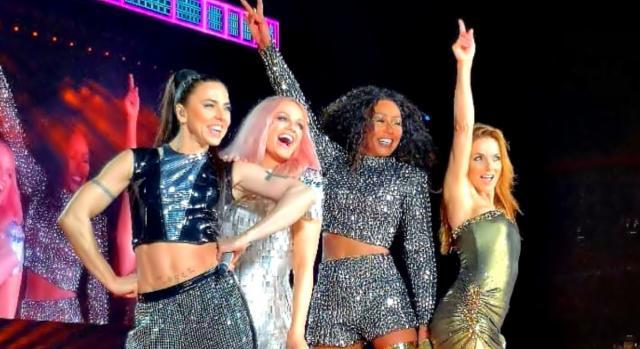 Geri Halliwell assieme alle altre Spice Girls allo Spiceworld 2019 tour