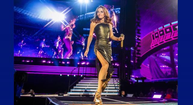 Geri Halliwell nello 'Spiceworld 2019 tour' durante l'esibizione di 'Never Give Up on the Good Times'