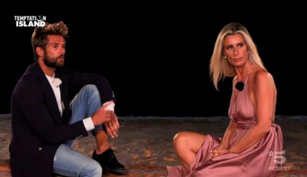 Nicola Tedde e Sabrina Martinengo intorno al falò del confronto nell'ultima puntata di Temptation Island