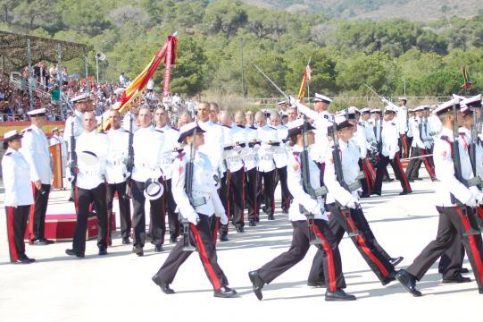 Una nueva promoción de infantes de marina desfilan bajo la bandera tras prestar juramento