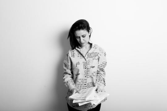 Debora Scalzo in uno scatto in bianco e nero dove permea la sua passione per la scrittura