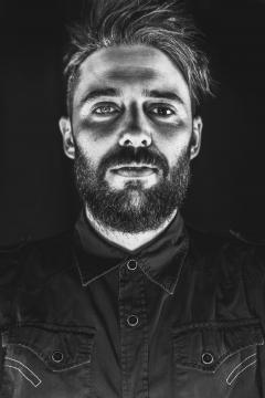 Nestore in uno scatto in bianco e nero della sua fotografa Indja Photographer