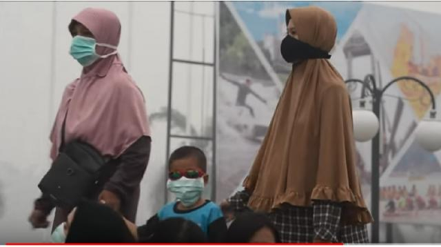 Indonesian fires send smog over Singapore, Malaysia. [Image source/AFP News Agency YouTube video]