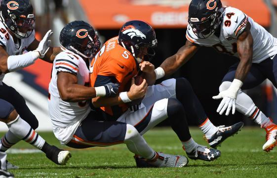 La defensiva de Chicago comandada por Mack mantuvo bajo control a Flacco. www.usatoday.com