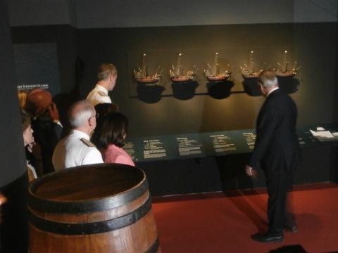 El comisario de la exposición muestra a las autoridades las características de las