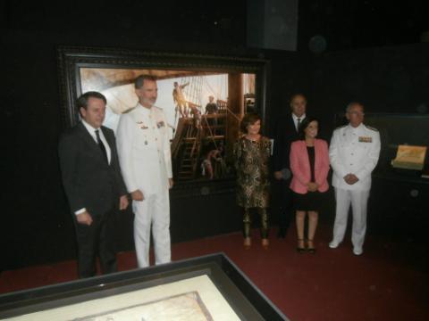 El pintor Augusto ferrer Dalmau muestra al Rey su cuadro conmemorativo de la gesta