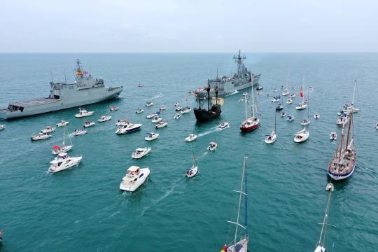 Homenaje en Cádiz. La fragata Victoria escolta a la replica de la Nao Victoria por la bahía gaditana