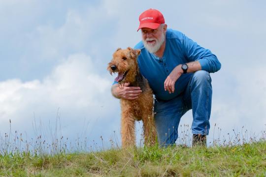Un anziano con un animale ha una vita più felice