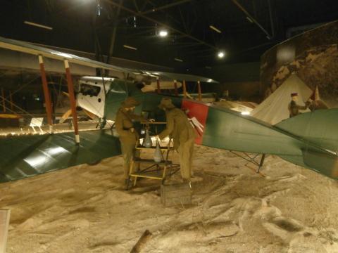 Display histórico de la carga de bombas un DH-4 español en la Guerra del Riff