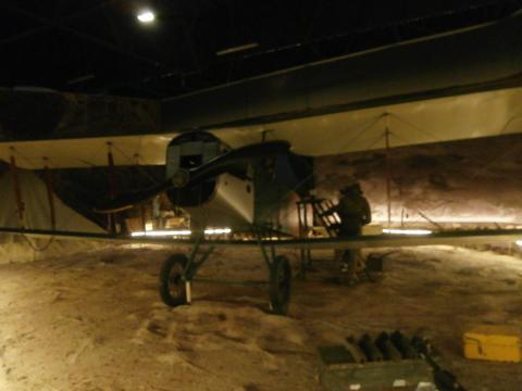 Display histórico de un SE-5A imitando un aerodromo en plena Guerra del Riff