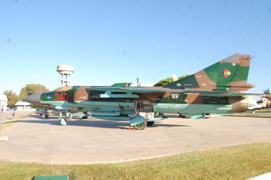 El recién restaurado Mig-23 se luce en la plataforma de cazas