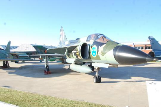 El Saab Viggen recién restaurado con su típico camuflaje verde