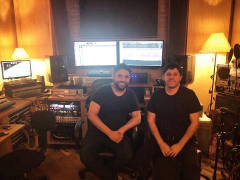 Hebert Neri em estúdio com o engenheiro de áudio Serginho Charantola