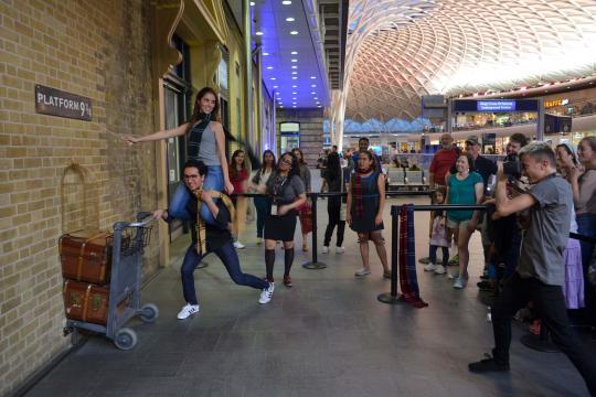 Andén 9 y 3/4 situado a las afueras de la tienda de recuerdos de Harry Potter en la estación de King Cross