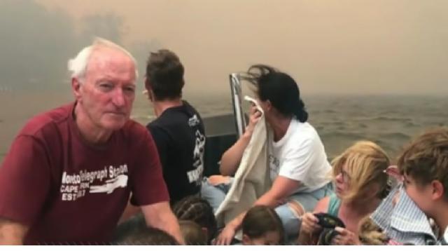 Thousands flee from Australian bushfire. [Image source/ABC News YouTube video]