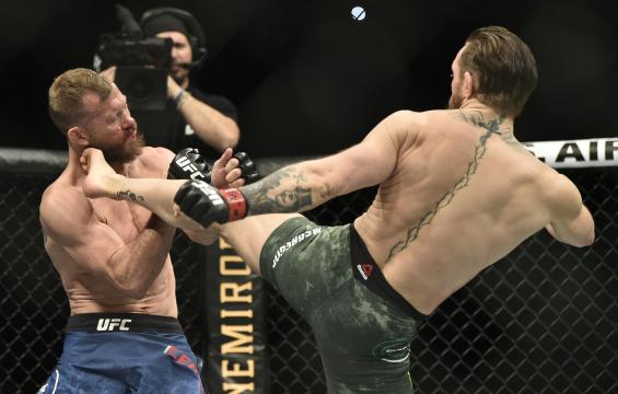 La patada al mentón de McGregor a Cerrone fue la pieza final del brutal TKO. www.yahoo.com
