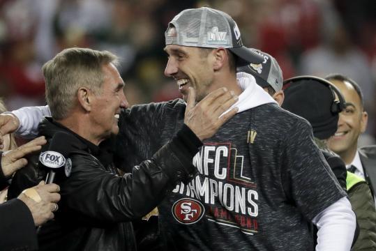 Kyle Shanahan celebró con su padre el pase al Super Bowl. www.apnews.com